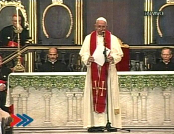 Papa Francisco conversa con los religiosos congregados en la Catedral.