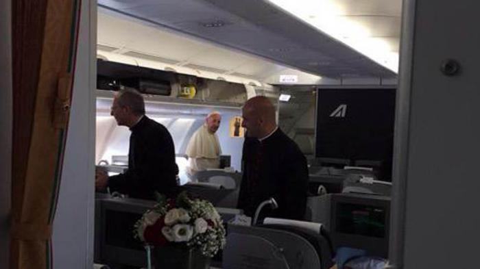 El Papa Francisco en el interior del avión que lo trae a Cuba.