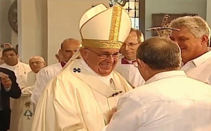 El Papa saluda a las autoridades del gobierno cubano.