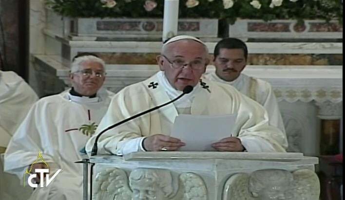 El Papa lee la homilía. (Foto: twitter de Paloma G. Ovejero)