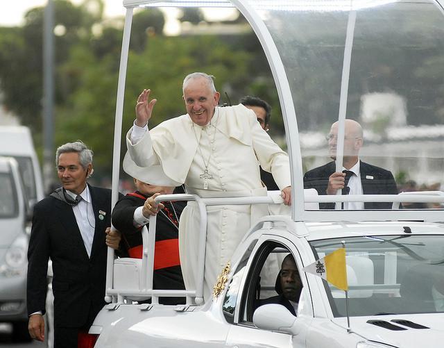 El Papa llega a la plaza de Holguín. (Foto: twitter de Rosa Miriam Elizalde)