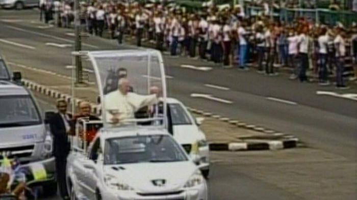 El papamóvil, hecho en Cuba, conduce al Sumo Pontífice por las calles de La Habana.