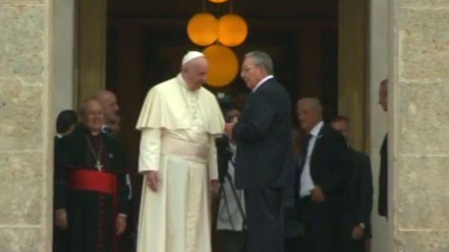 Raúl Castro despide al Santo Padre al terminar la visita de cortesía al Palacio de la Revolución.