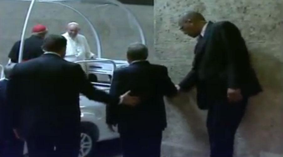 El Papa inicia su recorrido por las calles de La Habana.