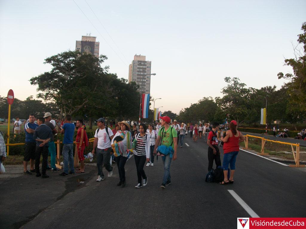 Feligreses rumbo a la Plaza Calixto García, de Holguín. (Foto: @visiondesdecuba)