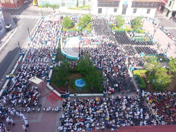 Plaza frente a la Catedral de Santiago de Cuba, completamente llena.