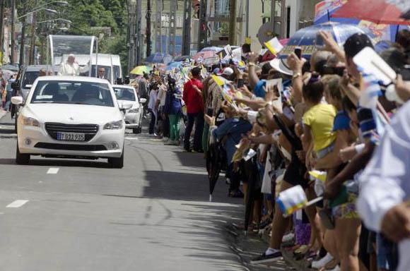 El Papa Francisco recibe el cariño del pueblo holguinero  a su paso por la ciudad. (Foto: AIN)
