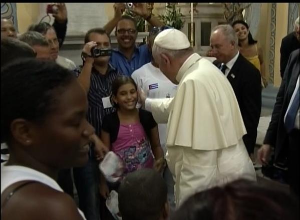 El Papa saluda a los feligreses reunidos en la Catedral.
