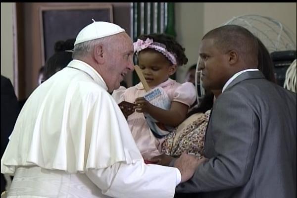 El Papa saluda a la familia que leyó su testimonio.