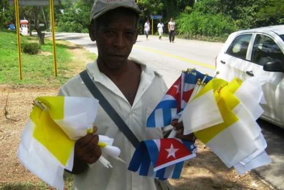 Pobladores de El Cobre esperan con ansiedad la bendición del Papa. (Foto: Cubadebate)