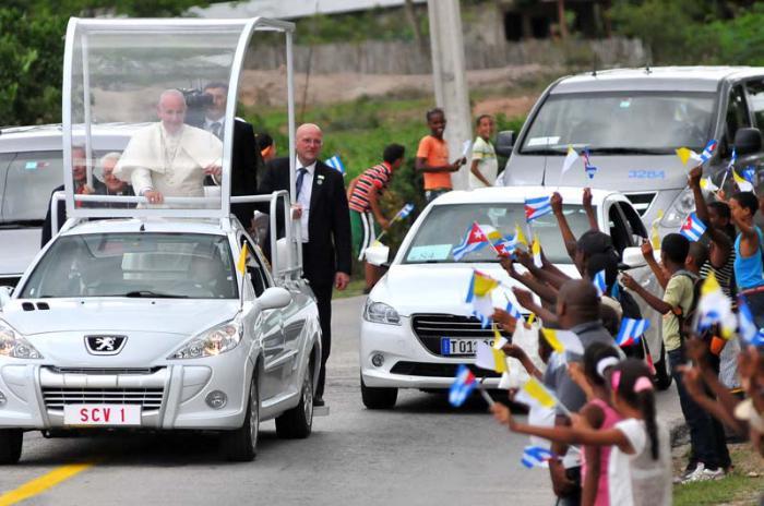 El Papa recibe el cariño de los santiagueros. (Foto: Ricardo López Hevia)