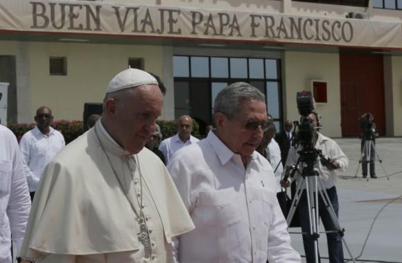 Raúl despide al Papa Francisco en el aeropuerto de Santiago de Cuba. (Foto: Ismael Francisco / Cubadebate)
