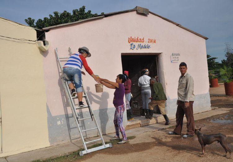 Trabajadores de diferentes empresas y los propios pobladores desarrollaron labores de reparación y pintura.