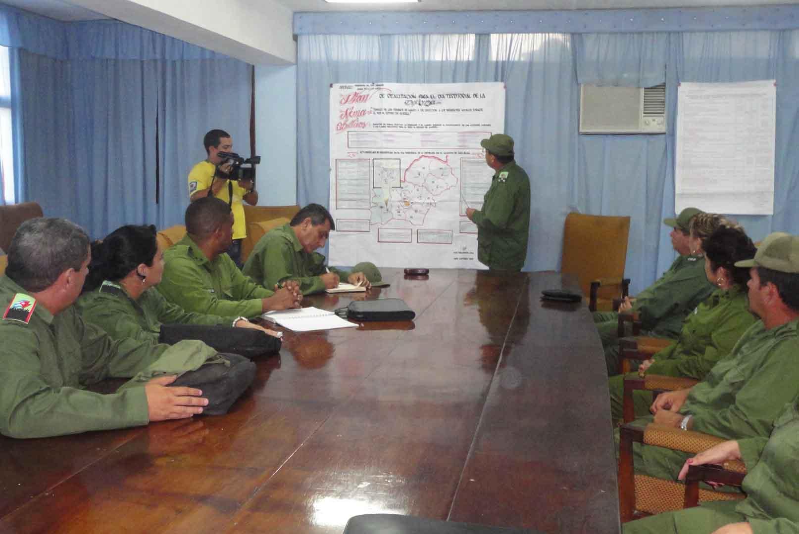 El Consejo de Defensa de Cabaiguán informó a su homólogo de la provincia acerca de las principales misiones de la jornada de preparación. (Foto Luis Herrera / Escambray)