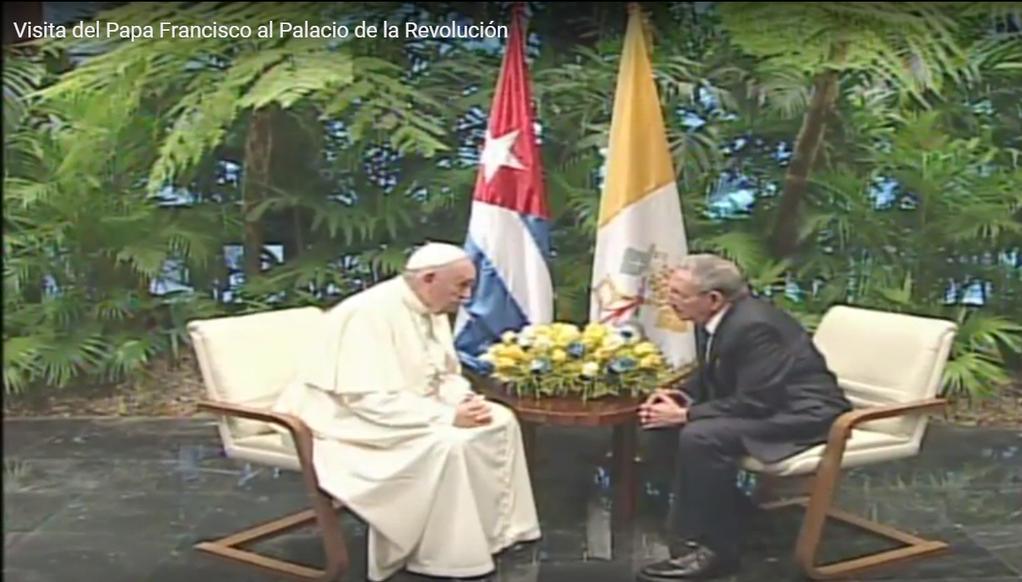 Papa Francisco y presidente cubano intercambian en el Palacio de la Revolución.