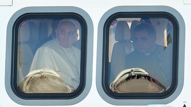 Papa Francisco en la ventanilla del avión que lo trajo a Cuba.