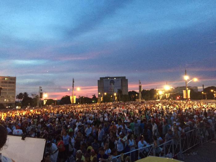 Al amanecer la Plaza de la Revolución estaba casi llena. (Foto: twitter de Andrés Beltrán)
