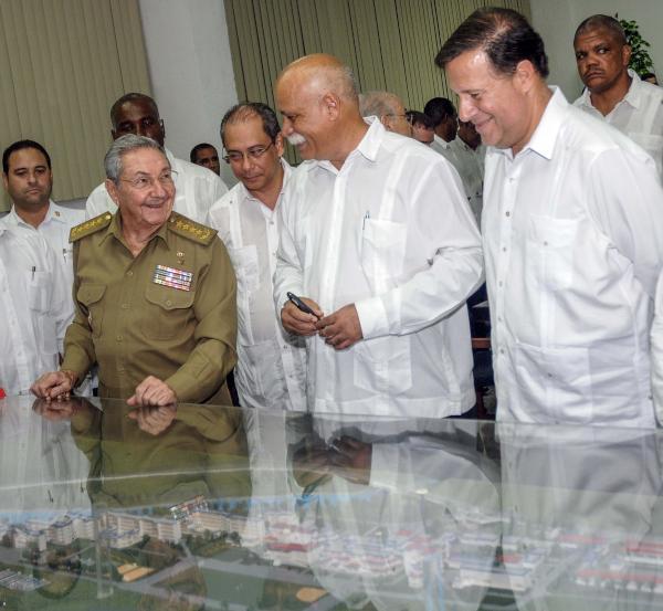 Raúl y Varela visitaron la  Escuela Latinoamericana de Medicina. (Foto AIN)