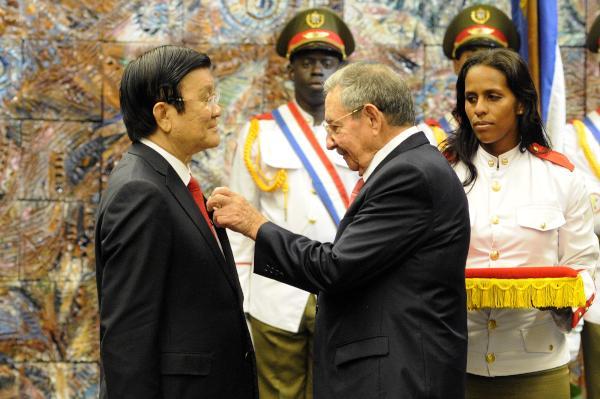 El presidente vietnamita recibió de manos de Raúl la orden José Martí, la más alta que otorga el Consejo de Estado de la isla. (Foto AIN)