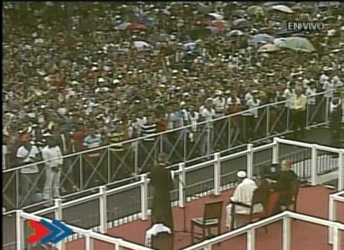 Jóvenes congregados escuchan el mensaje del Papa.