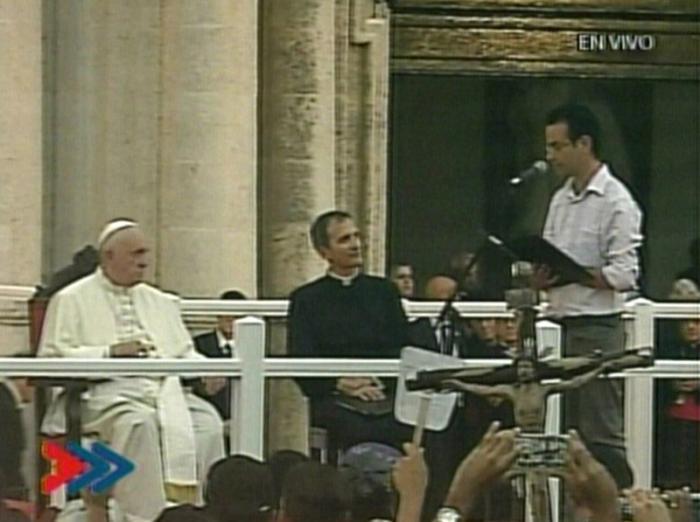 Joven cubano le habla al Papa.