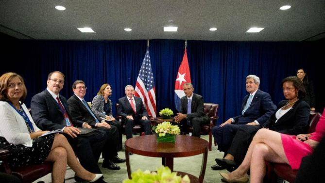 President Barack Obama and Cuban President Raul Castro sit together in front of members of the cuba, estados unidos, raul castro, barack obama, naciones unidas, asamblea general de naciones unidas, bloqueo de estados unidos contra cuba