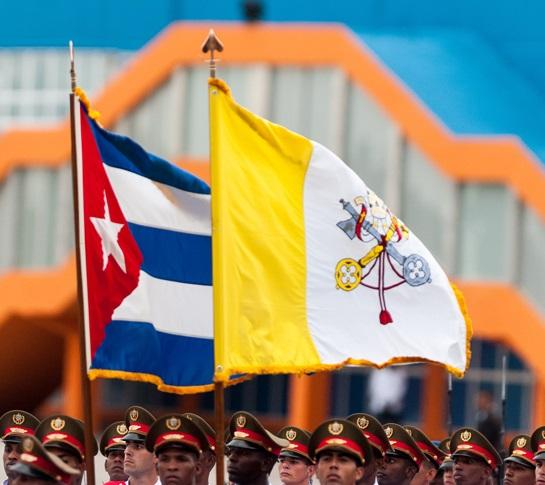 Banderas de Cuba y el Vaticano ondean en el aeropuerto de La Habana. (Foto: Juventud Rebelde)