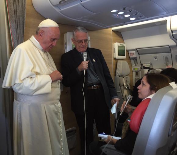 Rosa Miriam Elizalde en la conferencia de prensa con el Papa Francisco en el vuelo de Santiago de Cuba a Washington.