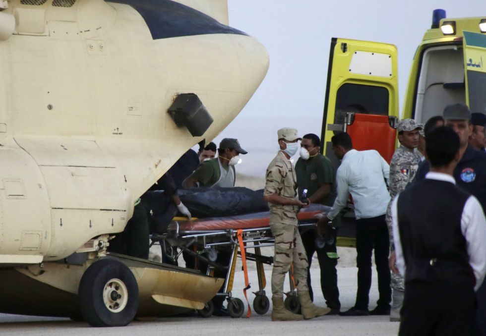 Llegada de los cuerpos de los pasajeros del avión ruso siniestrado al aeropuerto de Suez, Egipto. (Foto: AMR Nabil/AP)