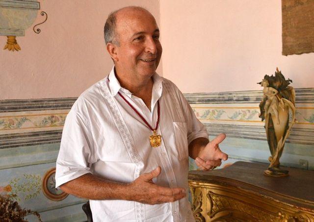 José Antonio acaba de concluir un estudio sobre el arte funerario en Trinidad. (Foto Carlos Luis Sotolongo)