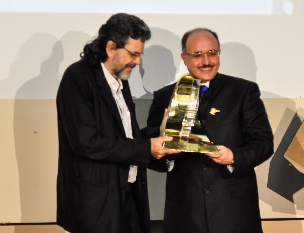 Abel Prieto recibe de manos de Ghassan bin Jeddo, fundador de Al Mayadeen, el Premio Mérito a la Vida, que se le confiere a Fidel. (Foto AIN)