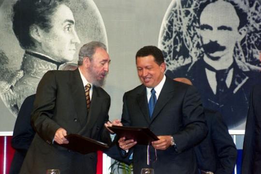 Fidel y Chávez firmaron un acuerdo de cooperación integral, en el Salón Ayacucho del Palacio de Miraflores, el 30 de octubre del 2000. (Foto: Prensa Presidencial)