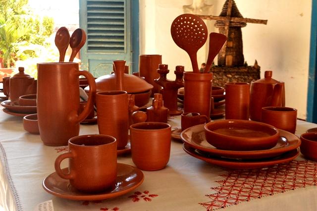 La cerámica traspasó las vasijas para adentrarse en la confección de cubiertos gracias a la inventiva del alfarero Azariel Santander Alcántara. (Foto: Carlos Luis Sotolongo)