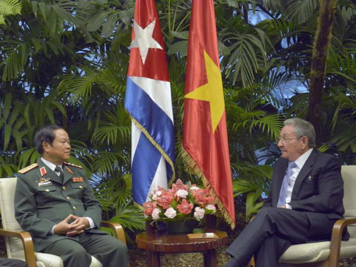 Raúl realizó un breve intercambio con el militar vietnamita. (Foto Estudios Revolución)
