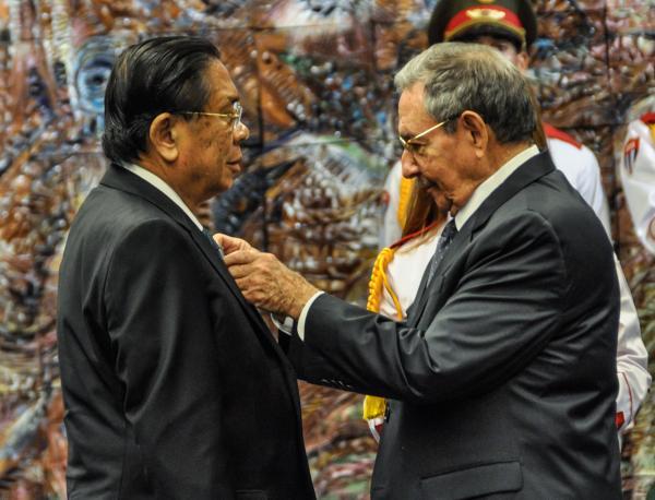 Raúl condecora con la Orden José Martí a Choummaly Sayasone. (Foto AIN)
