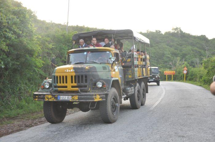 La circulación de vehículos hacia Topes de Collantes se regula durante el período de reparaciones. (Foto Vicente Brito)