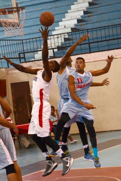 Juego entre los equipos de Ciego de Ávila (azul) y Sancti Spíritus como parte del Torneo Nacional de Ascenso del Baloncesto masculino. (Foto AIN)