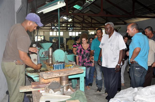 En la Cooperativa No Agropecuaria La Esperanza, Lazo se interesó por los indicadores económicos. (Foto: Vicente Brito)