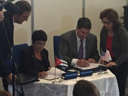 El CEO de Sprint, Marcelo Claure, derecha, y Hilda Arias Pérez, directora central de Servicios Móviles de ETECSA, firmaron el acuerdo esta mañana. Foto: Alan Gomez, USA TODAY.