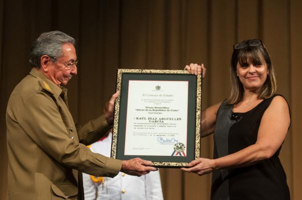 Raúl entrega el título de Héroe de la República de Cuba,con caracter postumo a la hija de Raúl Díaz Argüelles.