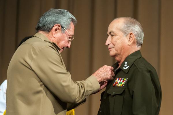 Raúl entregó el título de Héroe de la República de Cuba, General de División Carlos Fernández Gondín.