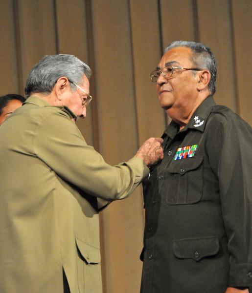 Raúl entregó el título de Héroe de la República de Cuba, General de División Romárico Sotomayor.