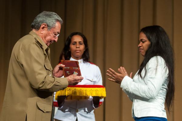 Raúl entrega el título de Héroe de la República de Cuba,con caracter postumo a la hija de Víctor E. Schueg Colás.