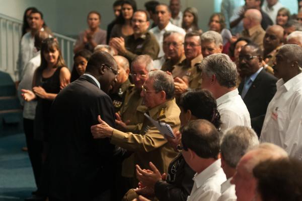 Raúl saluda a Cándido Van-Dúnem, ministro de los Antiguos Combatientes y Veteranos de la Patria, durante  el acto por el Aniversario 40 de la Independencia de Angola. (Fotos ACN)