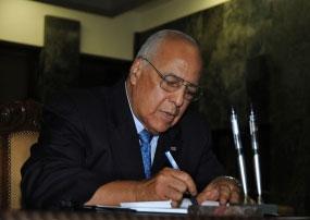 Cabrisas firmó el libro de condolencias abierto en la embajada de Rusia en La Habana.