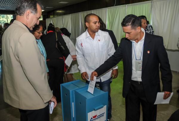 Diputados ejercen su derecho al voto en sesión ordinaria del VI Periodo de Sesiones de la Asamblea Nacional del Poder Popular. (Foto ACN)