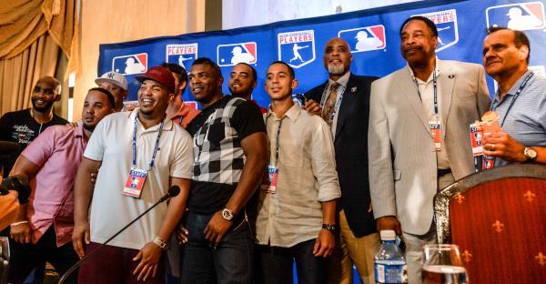 Jugadores y representantes de las Grandes Ligas de Estados Unidos, y la Asociación de Jugadores de esa organización, durante la conferencia de prensa. (Foto ACN)