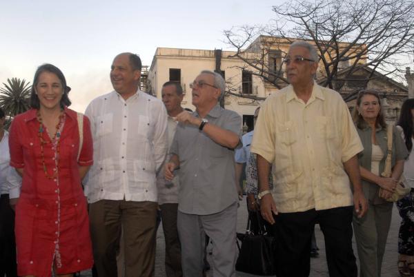 Luis Guillermo Solís recorrió este domingo el centro histórico de La Habana. (Foto ACN)