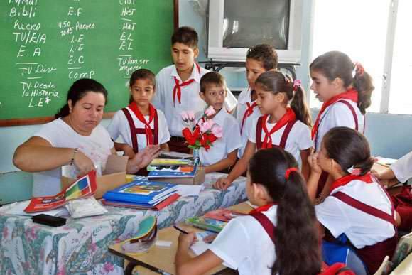 Miles de docentes que ejercen la noble y hermosa profesión del magisterio en Cuba.