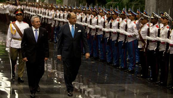 Escena del recibimiento oficial al presidente de Costa Rica en el Consejo de Estado. (Foto ACN)